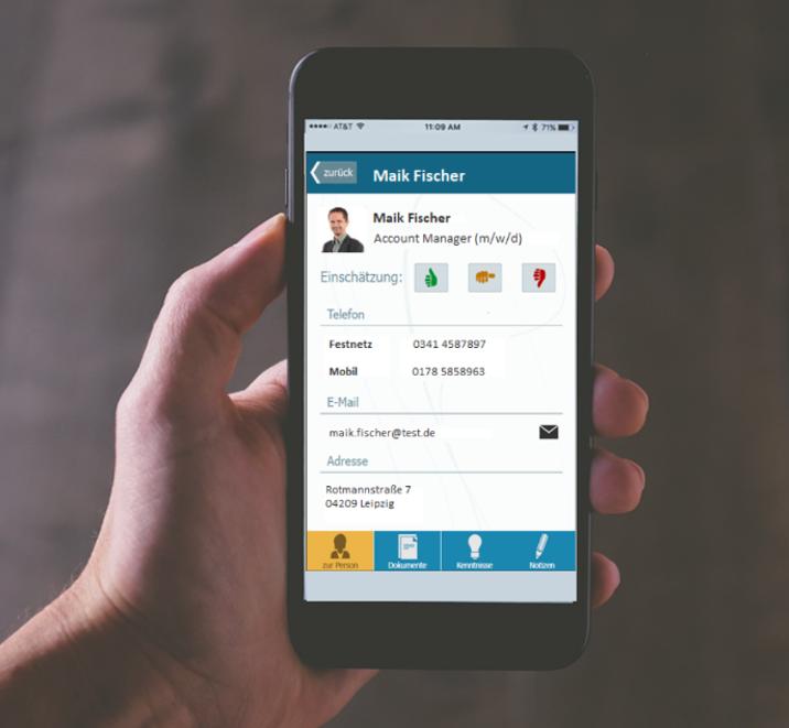 Hand hält Smartphone mit App und Bewerberbewertung