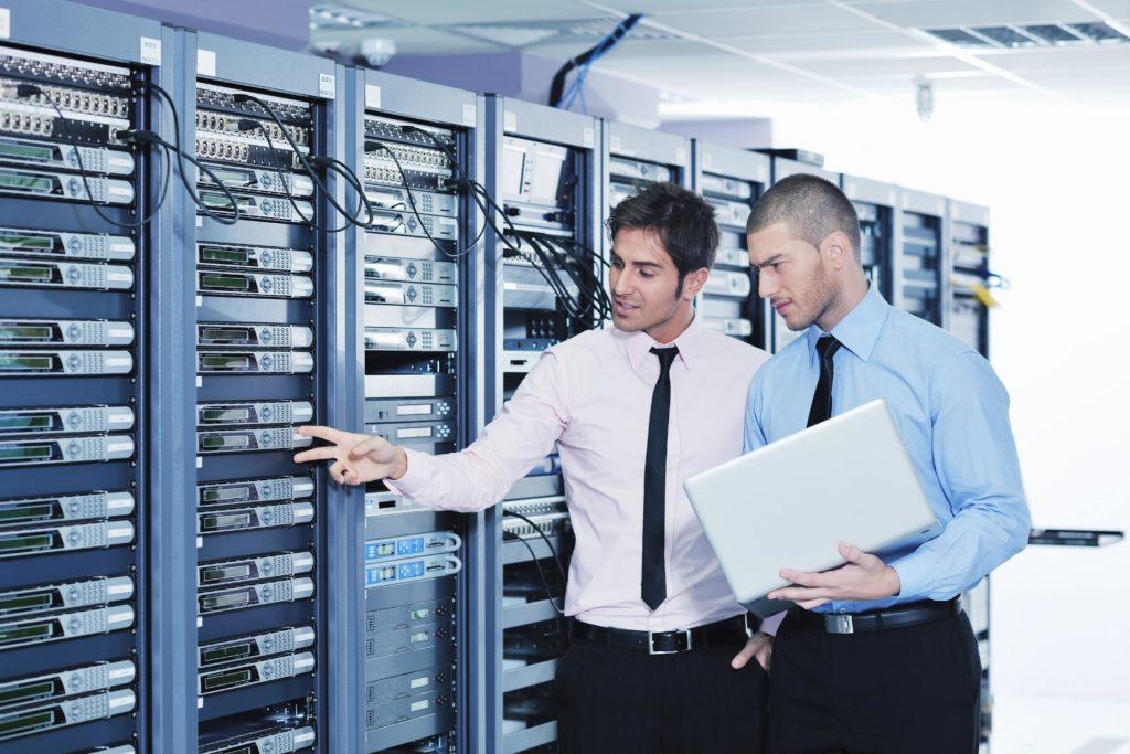 Zwei Männer stehen vor Server