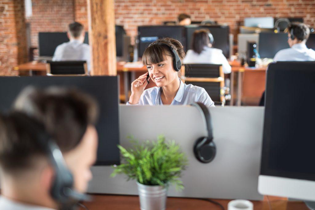 Frau mit Headset im Call-Center