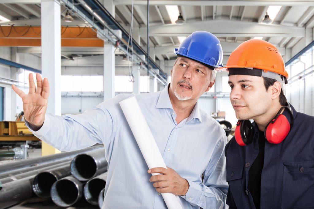 Mann zeigt seinem Kollegen wie er sich etwas vorstellt