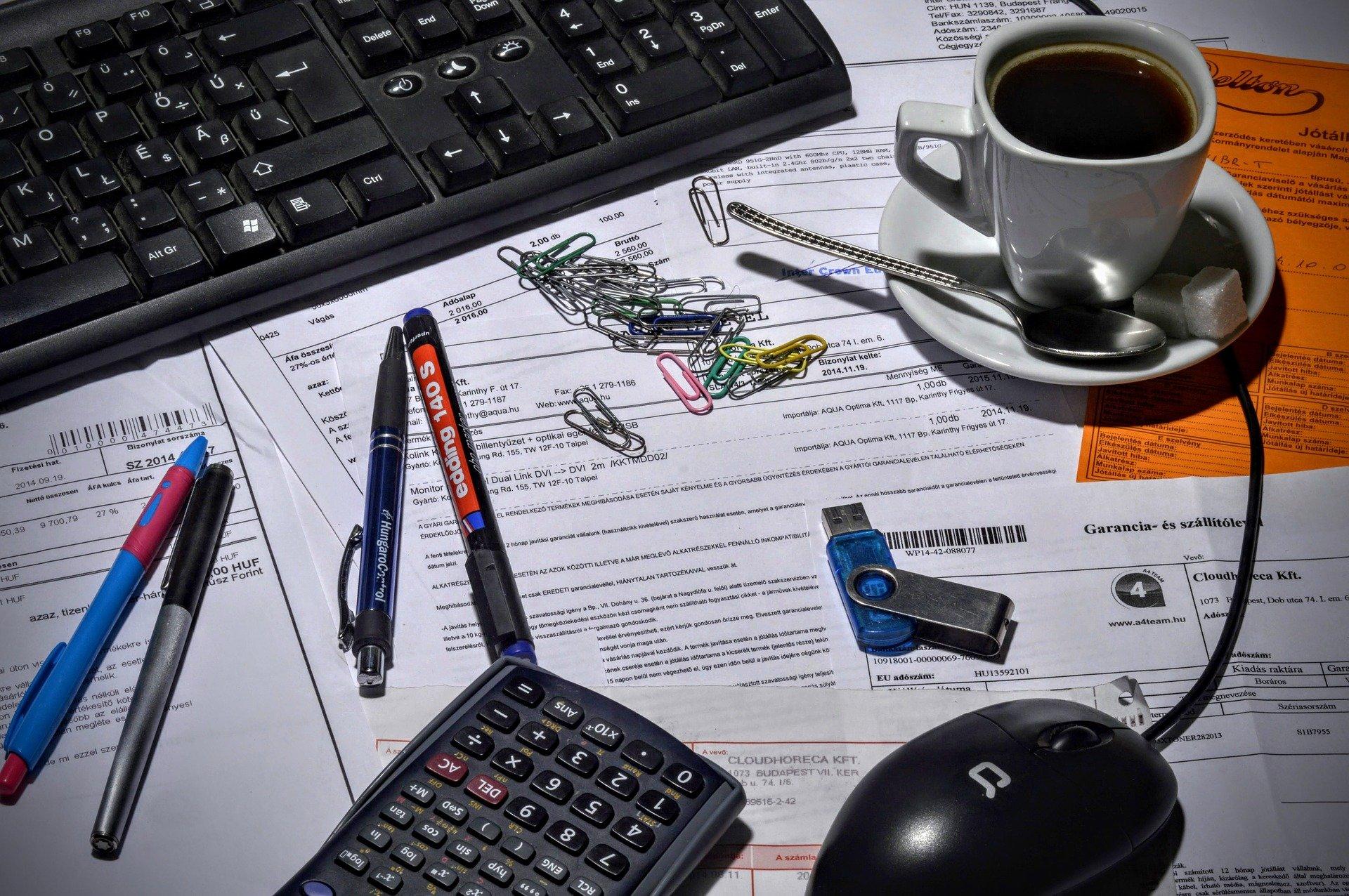 Arbeitstisch mit Rechnungen