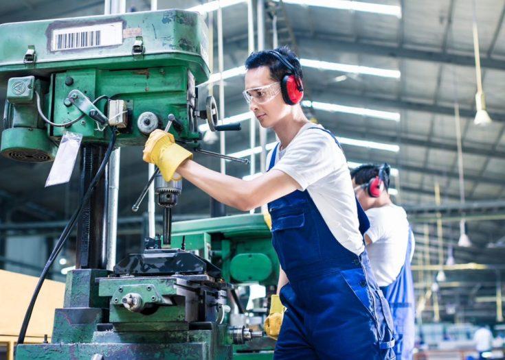 Mann arbeitet in Industriehalle
